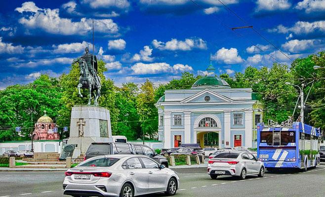 Eingang zum Alexander Newski Kloster - auf dem Platz Denkmal an Alexander Newski