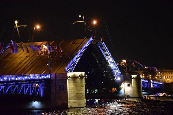 Brücke beim öffnen in der Nacht beleuchtet