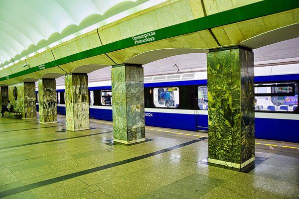 Zug in der Metrostation Primorskaya