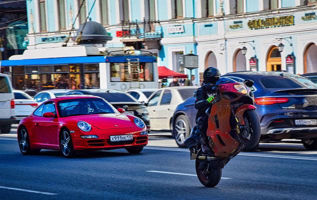 auf dem Newski Prospekt Porsche mit Motorrad