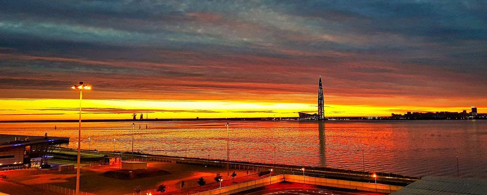 der Passagierschiffhafen vom Schiff aus bei Nacht der neue Gaspromtower ist zu sehen
