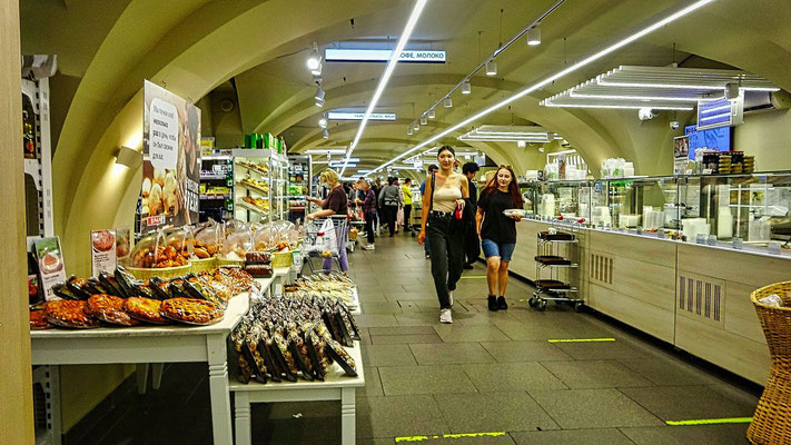 Lebensmittelmarkt im unteren Bereich der Passage
