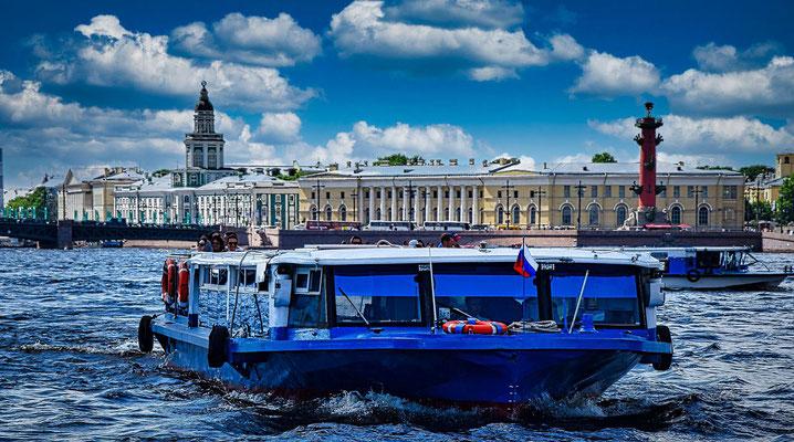 Boot auf der Newa die Kunstkammer und Leuchtturm im Hintergrund