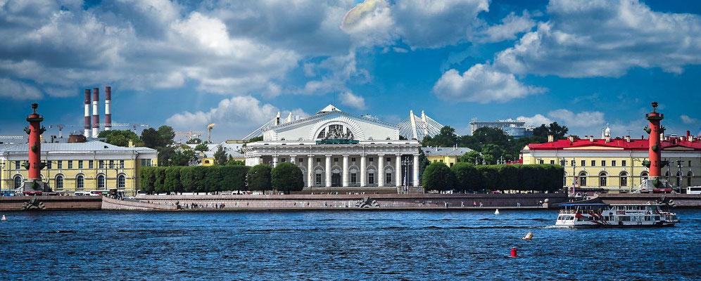 die alte Börse und die beiden Leuchttürme in Sankt Petersburg