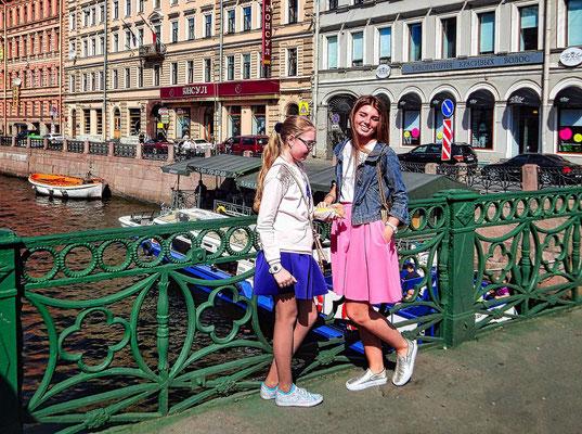 Mädchen am Moika Kanal