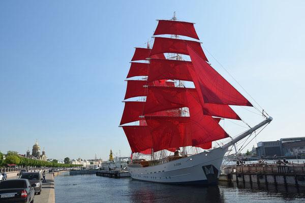 Schiff mit roten Segeln bei einer Führung durch St Petersburg