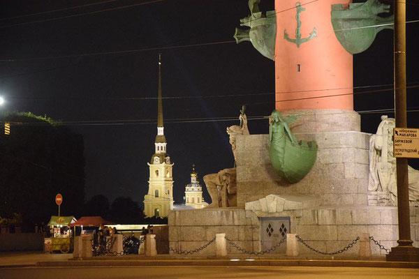Peter Paul Festung und Leuchtturm in der Nacht