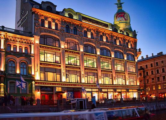 Bootsfahrt in der Nacht hier sehen wir ein Kaufhaus in Sankt Petersburg