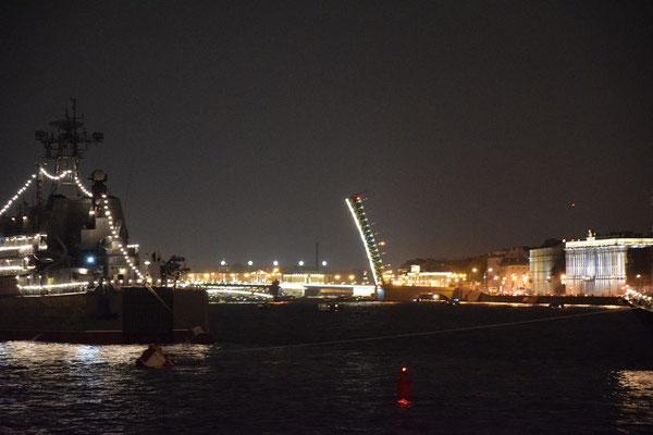 geöffnete Brücke mit einem Flügel