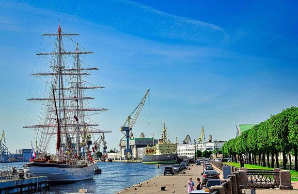 Segelschiff an der Uferstraße