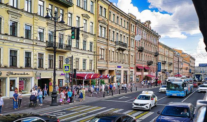 Newski Prospekt bei einer Stadtrundfahrt aus dem Bus