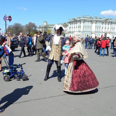 Puppen auf dem Palastplatz