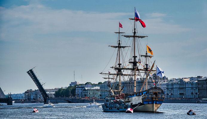 offene Brücke mit Segelschiff