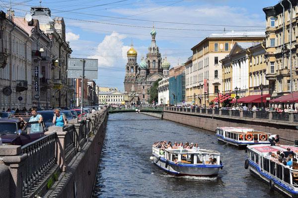 die Blutskirche der Kanal und ein Boot bei der Kanalfahrt