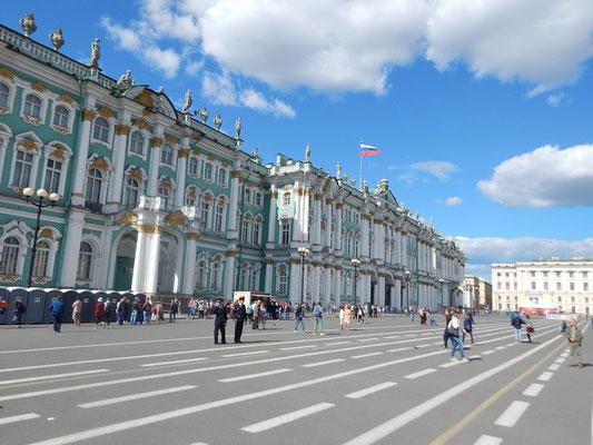 Die Eremitage vom Palastplatz aus