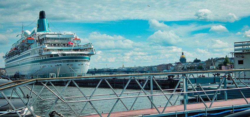die Albatros liegt in Sankt Petersburg