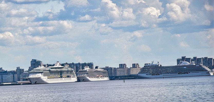 vorbei am Passagierschiffhafen - hier die liegenden Schiffe