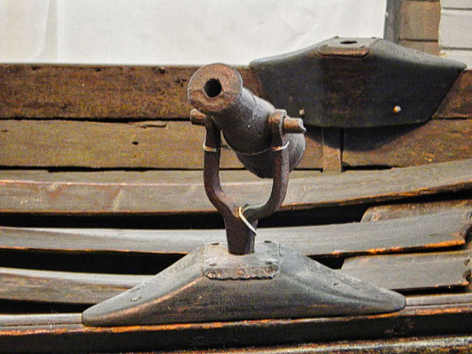eine kleine Kanone angebracht auf dem Boot