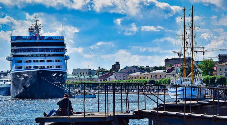 Schiff und Segelschiff an der Uferstraße