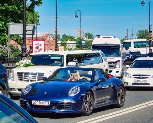 Autos aus Deutschland im Stadtzentrum Sankt Petersburgs