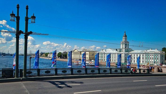 Blick von der Palastbrücke in Richtung Kunstkammer und Newa