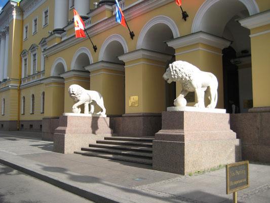 Löwen vor einem Hotel