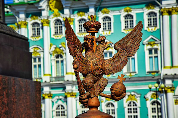 Vor der Eremitage auf dem Palastplatz Wappen