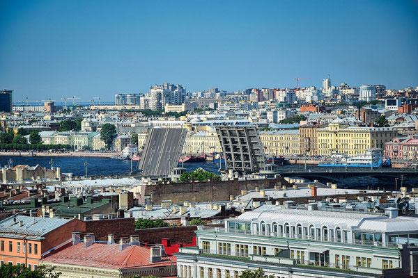 die geöffnete Blagoveshchenskiy Brücke