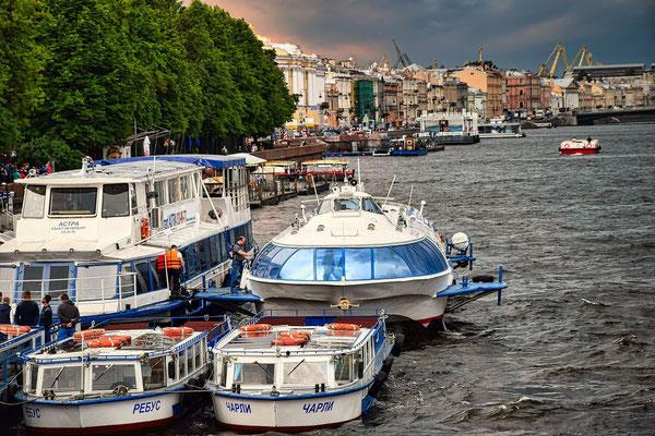 Bootsfahrt Sankt Petersburg   Anlegestelle an der Newa