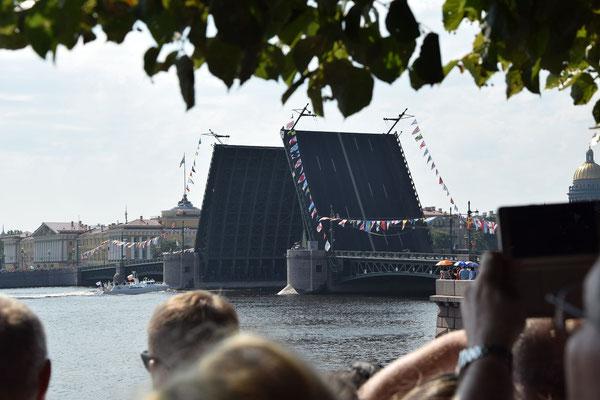 offene Brücke am Feiertag