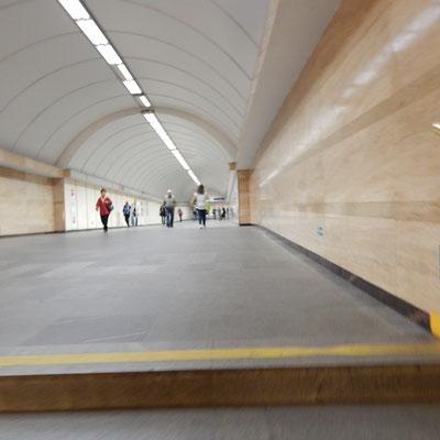 Lange Gänge im Untergrund.