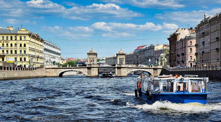 Boot bei der Kanalfahrt einem Ausflug in St Petersburg