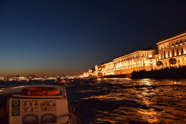Uferstraße bei Nacht vom Boot aus