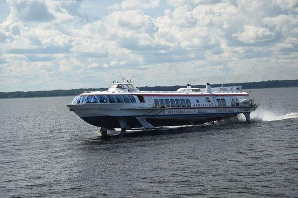 Tragflächenboot in schneller Fahrt