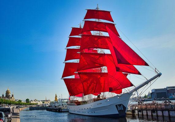 Schiff mit roten Segeln