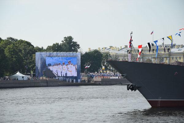 Sankt Petersburg am Feiertag großer Bildschirm und Schiff der Parade