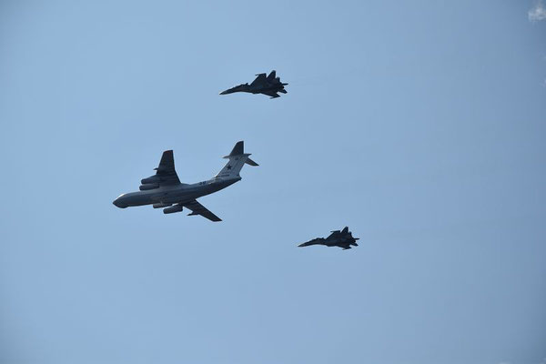 russisches Militär beim Übungsflug