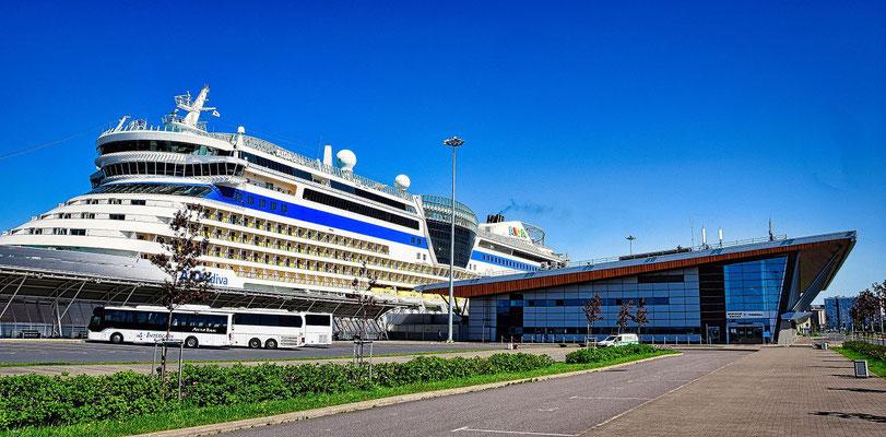 Wartehalle mit Schiff im Passagierschiffhafen Tagesausflug St. Petersburg