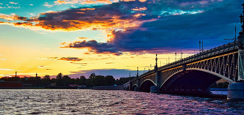 Troizki Brücke bei Nacht