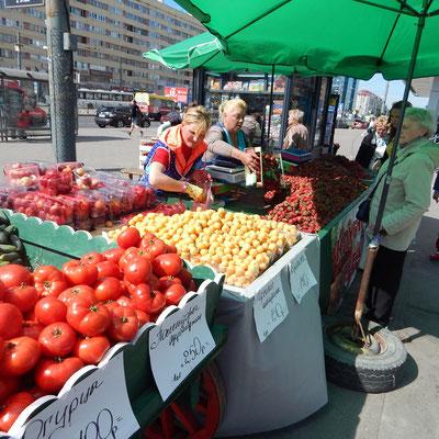 Obst- und Gemüsestand an der Metrostation Primorskaya