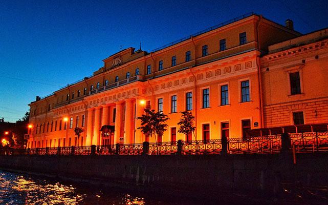 der Jussupow Palast bei einer Bootsfahrt in der Nacht