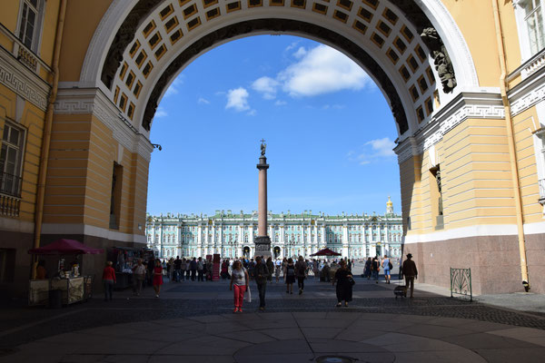 Blick duch den Bogen des Generalstabsgebäudes zum Palastplatz die Siegessäuel und die Eremitage