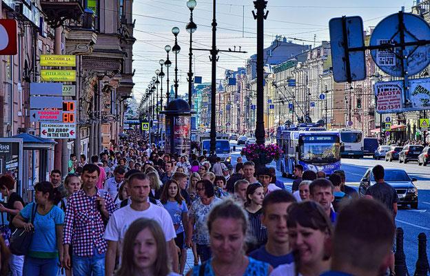 Newski Prospekt Leute auf der Straße
