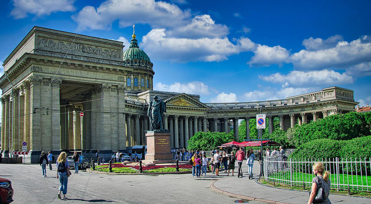 Kasaner Kathedrale in St Petersburg mit dem Denkmal an den Feldherren