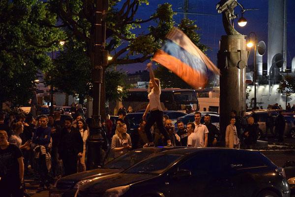 Feier in der Nähe der Aurora mit der russischen Flagge