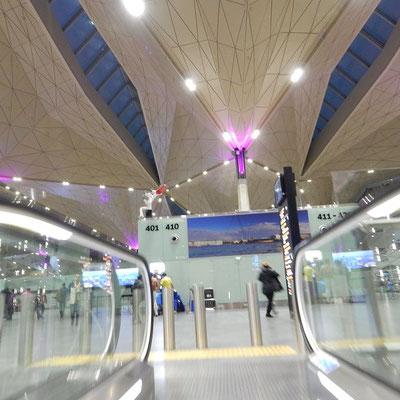 Flughafen St. Petersburg - Ende der Rolltreppe - wenn Sie Sankt Petersburg besuchen, so beginnt hier Ihr Erlebnis.