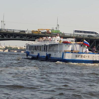 Schiff auf der Newa bei der Durchfahrt unter einer Brücke