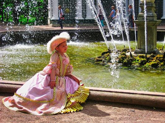 Mädchen im Peterhofer Park