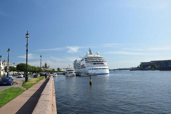 Schiff auf der Newa