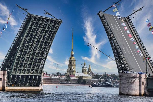 offene Brücke mit Peter Paul Festung